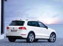 Фото авто Volkswagen Touareg 2 поколение, ракурс: 225 цвет: белый