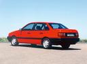 Фото авто Volkswagen Passat B3, ракурс: 135 цвет: красный