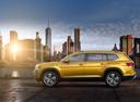 Фото авто Volkswagen Teramont 1 поколение, ракурс: 90 цвет: желтый