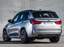 Фото авто BMW X5 M F85, ракурс: 135 цвет: серебряный