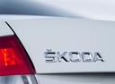 Фото авто Skoda Rapid 3 поколение, ракурс: шильдик цвет: белый