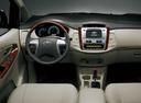 Фото авто Toyota Innova 1 поколение [2-й рестайлинг], ракурс: торпедо