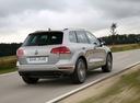 Фото авто Volkswagen Touareg 2 поколение [рестайлинг], ракурс: 225 цвет: серебряный