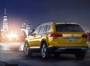 Фото авто Volkswagen Teramont 1 поколение, ракурс: 135 цвет: желтый