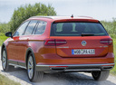 Фото авто Volkswagen Passat B8, ракурс: 135 цвет: оранжевый