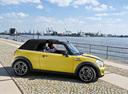 Фото авто Mini Cabrio R57 [рестайлинг], ракурс: 270 цвет: желтый