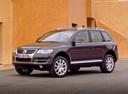 Фото авто Volkswagen Touareg 1 поколение [рестайлинг], ракурс: 45 цвет: мокрый асфальт
