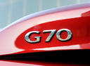 Фото авто Genesis G70 1 поколение, ракурс: шильдик цвет: красный