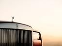 Фото авто Rolls-Royce Cullinan 1 поколение, ракурс: передняя часть цвет: красный