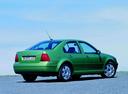 Фото авто Volkswagen Bora 1 поколение, ракурс: 225 цвет: зеленый