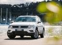 Фото авто Volkswagen Tiguan 2 поколение, ракурс: 45 цвет: белый