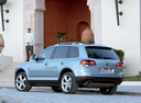 Фото авто Volkswagen Touareg 1 поколение [рестайлинг], ракурс: 135 цвет: серебряный