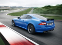 Фото авто Jaguar XK X150 [2-й рестайлинг], ракурс: 135 цвет: синий