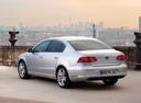 Фото авто Volkswagen Passat B7, ракурс: 135 цвет: серебряный