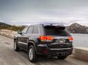 Фото авто Jeep Grand Cherokee WK2 [рестайлинг], ракурс: 135 цвет: черный