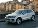 Фото авто Volkswagen Touareg 2 поколение, ракурс: 45 цвет: серебряный
