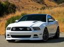 Фото авто Ford Mustang 5 поколение [2-й рестайлинг], ракурс: 45 цвет: белый