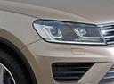 Фото авто Volkswagen Touareg 2 поколение [рестайлинг], ракурс: передние фары цвет: золотой