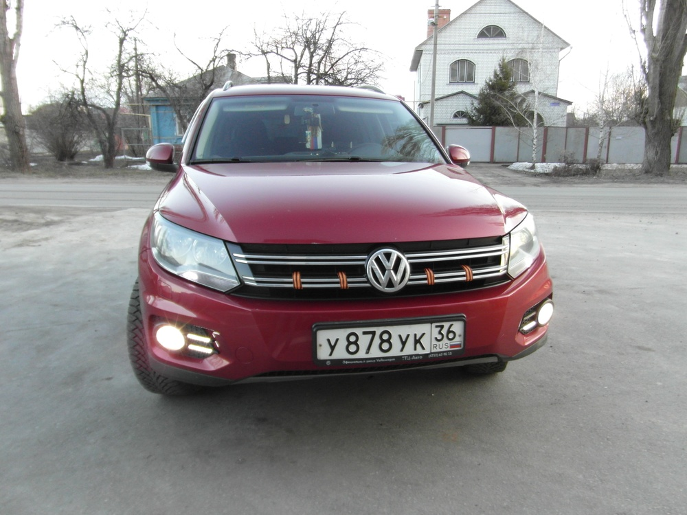 Подержанный Volkswagen Tiguan, отличное состояние, бордовый металлик, 2012 года выпуска, цена 880 000 руб. в Воронежской области