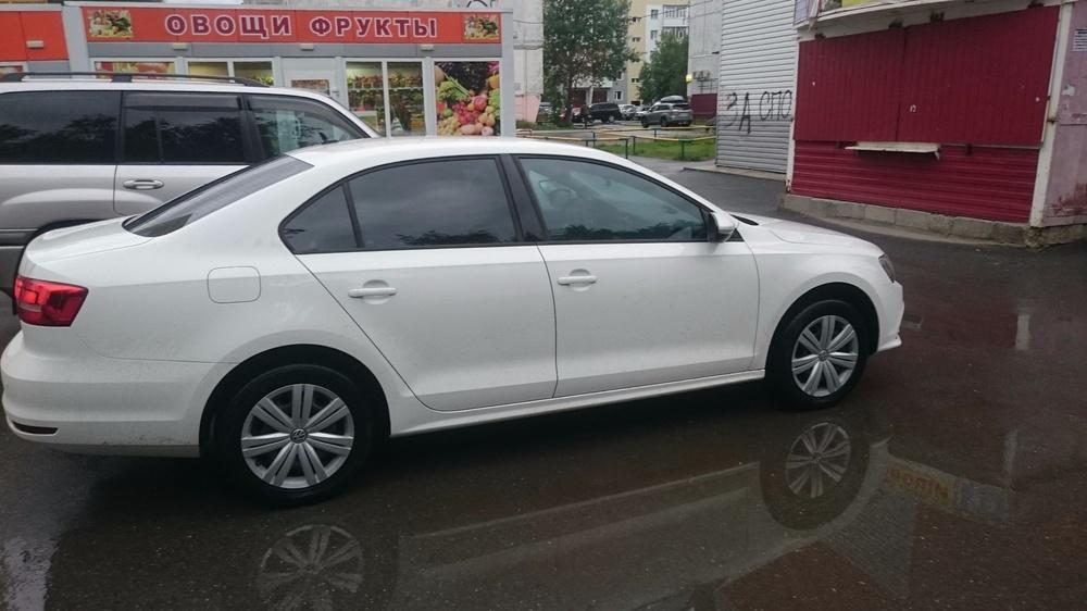 Подержанный Volkswagen Jetta, отличное состояние, белый , 2015 года выпуска, цена 850 000 руб. в ао. Ханты-Мансийском Автономном округе - Югре