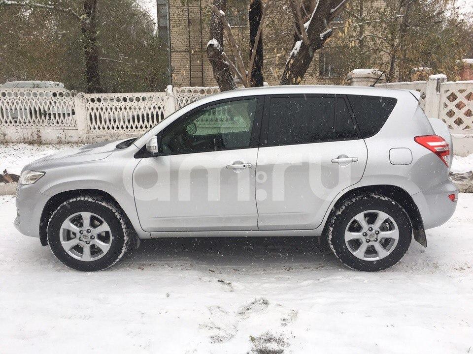 Подержанный Toyota RAV4, отличное состояние, серебряный перламутр, 2011 года выпуска, цена 1 150 000 руб. в Челябинской области