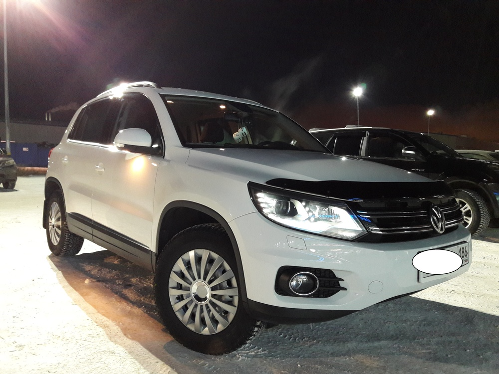 Подержанный Volkswagen Tiguan, отличное состояние, белый , 2014 года выпуска, цена 1 300 000 руб. в ао. Ханты-Мансийском Автономном округе - Югре