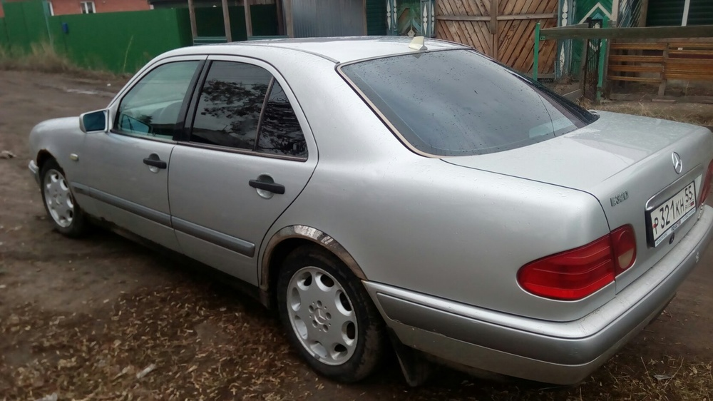 Подержанный Mercedes-Benz E-Класс, среднее состояние, серебряный , 1995 года выпуска, цена 130 000 руб. в Омске