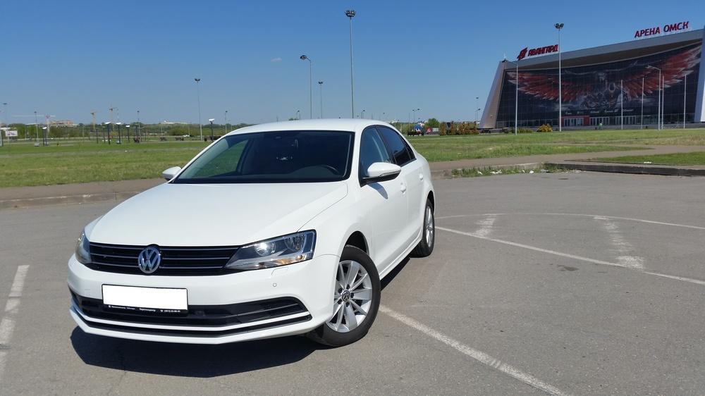 Подержанный Volkswagen Jetta, отличное состояние, белый , 2016 года выпуска, цена 1 000 000 руб. в Омске