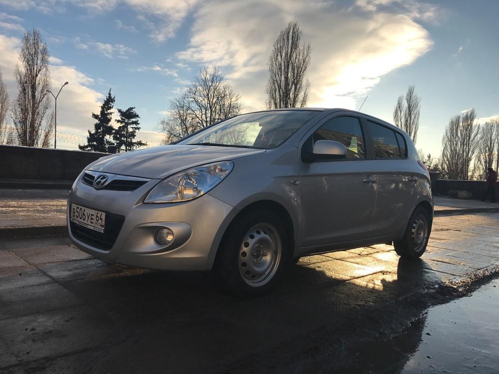 Подержанный Hyundai i20, отличное состояние, серебряный металлик, 2010 года выпуска, цена 420 000 руб. в Саратове