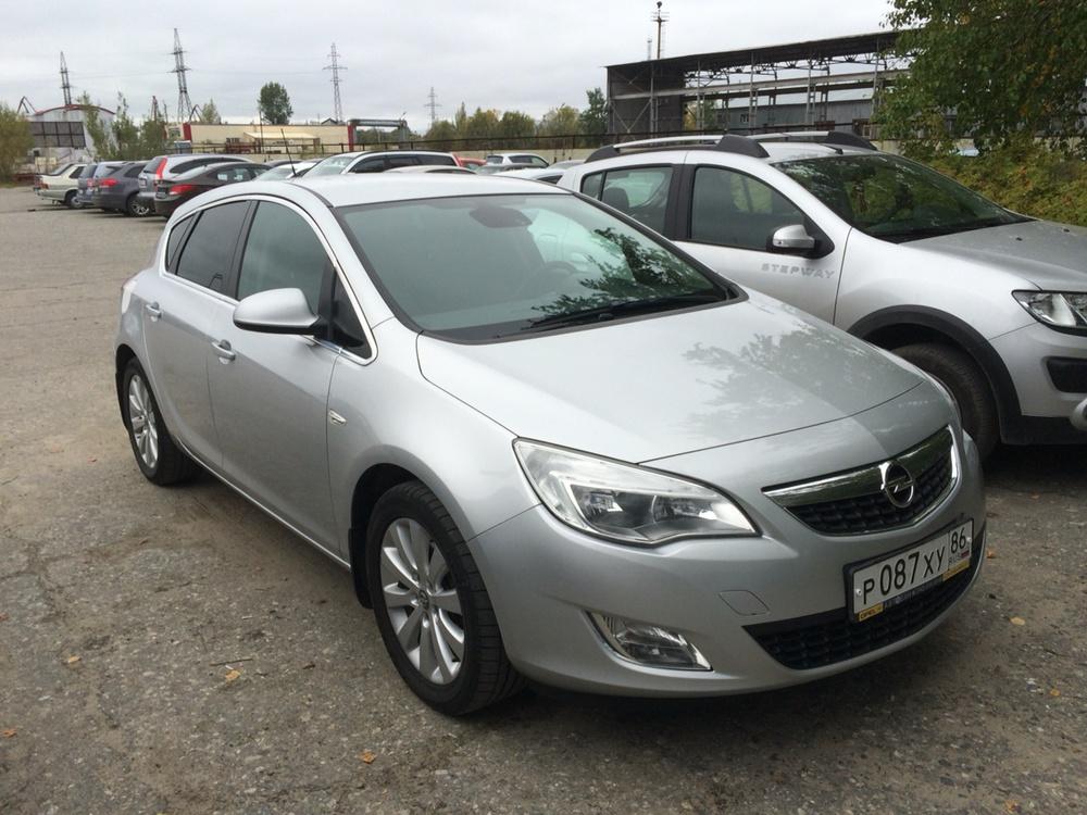 Подержанный Opel Astra, отличное состояние, серебряный металлик, 2011 года выпуска, цена 550 000 руб. в ао. Ханты-Мансийском Автономном округе - Югре