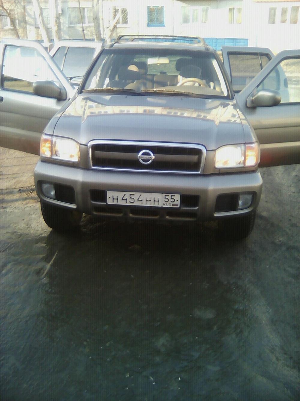 Подержанный Nissan Pathfinder, хорошее состояние, мокрый асфальт , 2002 года выпуска, цена 520 000 руб. в Омской области