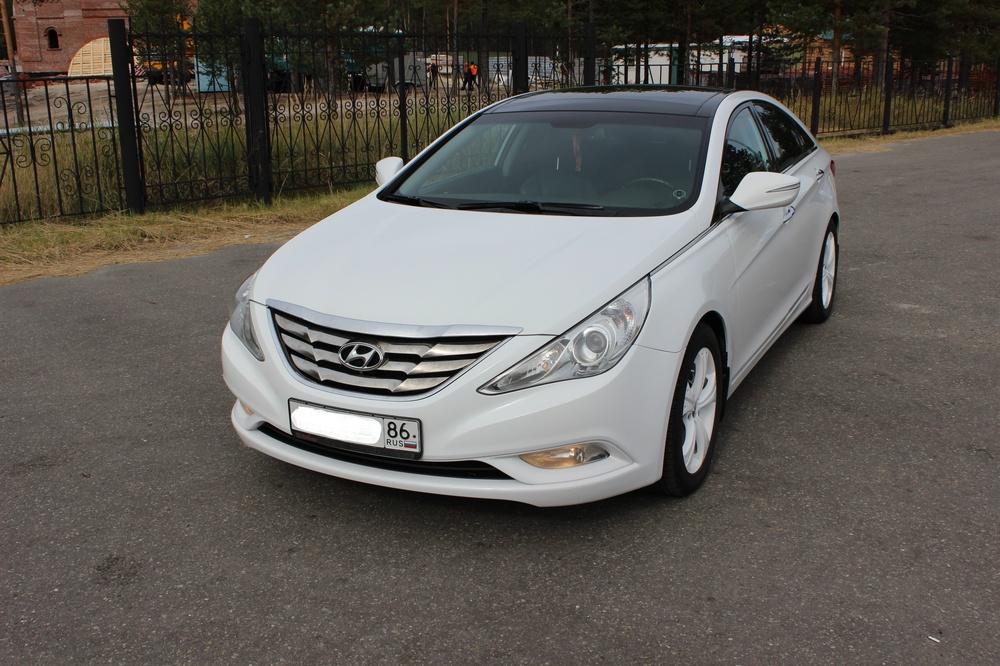 Подержанный Hyundai Sonata, отличное состояние, белый , 2010 года выпуска, цена 900 000 руб. в ао. Ханты-Мансийском Автономном округе - Югре