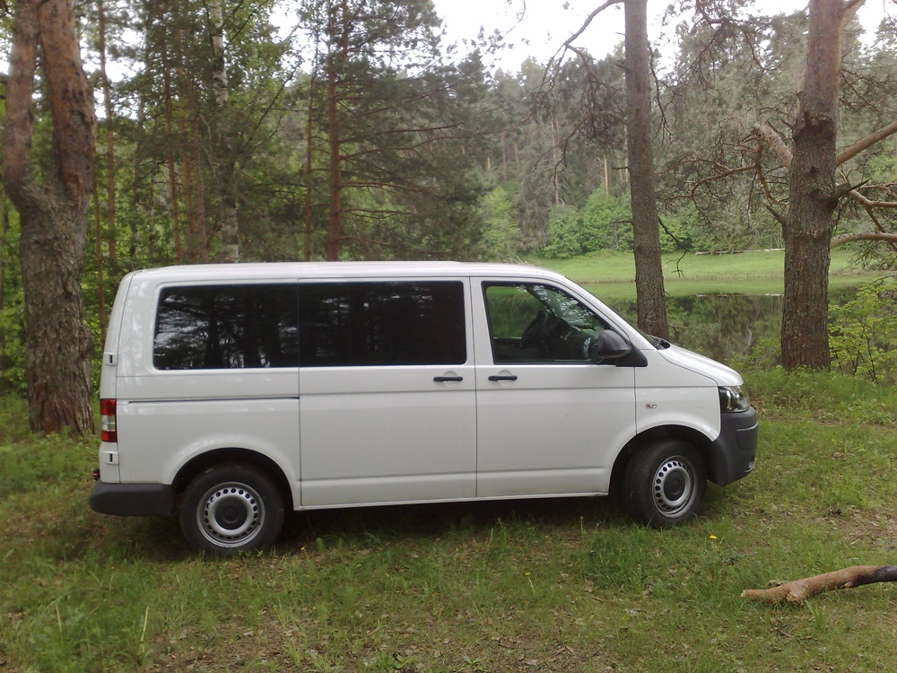 Подержанный Volkswagen Caravelle, отличное состояние, белый , 2012 года выпуска, цена 1 250 000 руб. в Архангельске