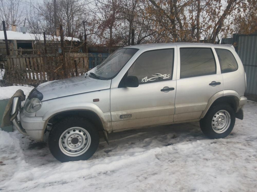 Подержанный Chevrolet Niva, хорошее состояние, серебряный металлик, 2004 года выпуска, цена 160 000 руб. в Челябинской области