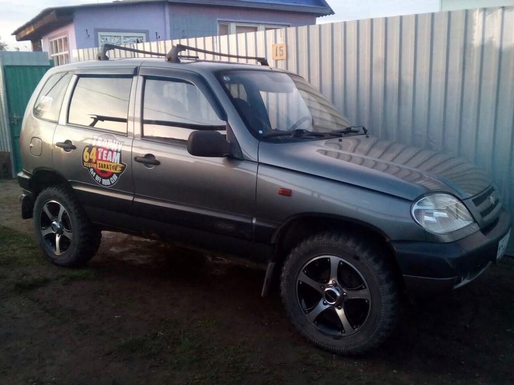 Подержанный Chevrolet Niva, отличное состояние, мокрый асфальт , 2004 года выпуска, цена 160 000 руб. в Саратове