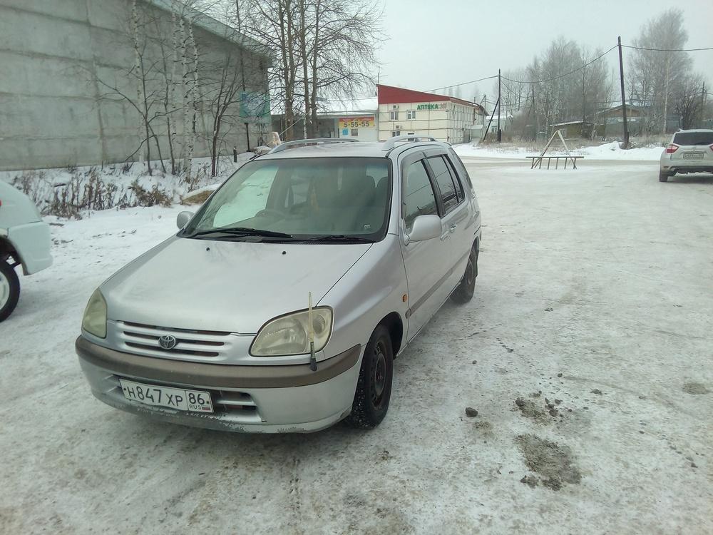 Подержанный Toyota Raum, хорошее состояние, серебряный , 1999 года выпуска, цена 170 000 руб. в ао. Ханты-Мансийском Автономном округе - Югре