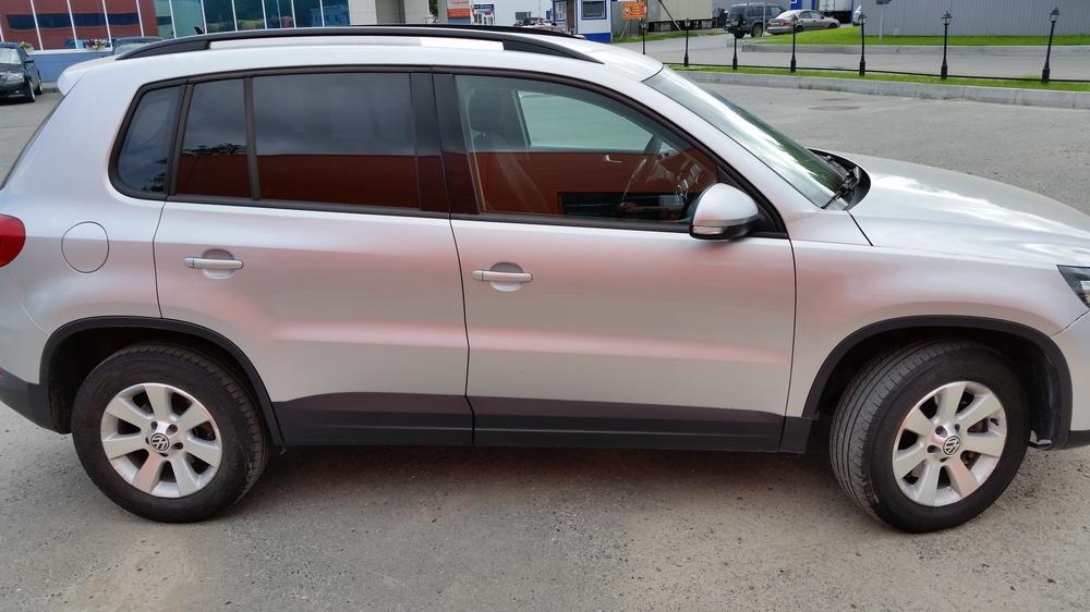 Подержанный Volkswagen Tiguan, отличное состояние, серебряный , 2012 года выпуска, цена 970 000 руб. в ао. Ханты-Мансийском Автономном округе - Югре