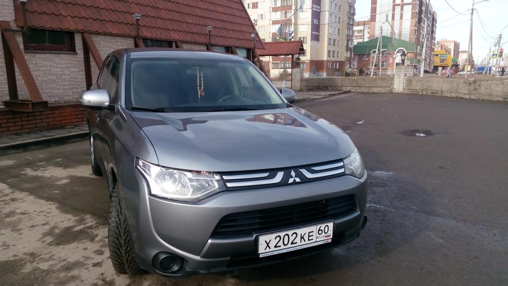 Подержанный Mitsubishi Outlander, отличное состояние, серый металлик, 2013 года выпуска, цена 1 050 000 руб. в Пскове