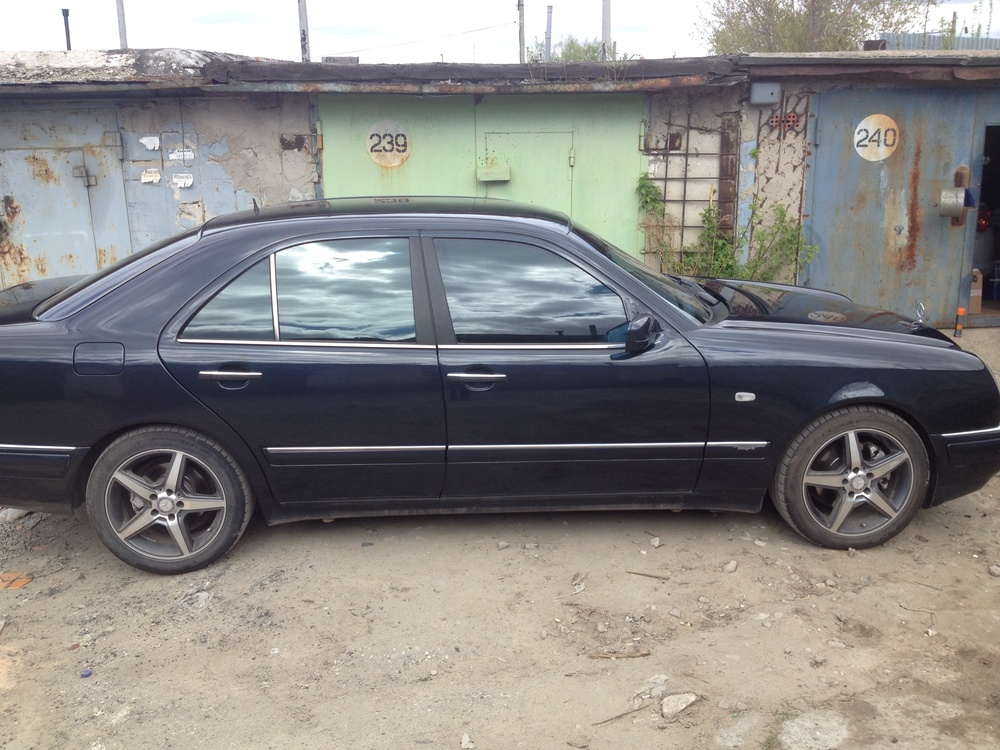 Подержанный Mercedes-Benz E-Класс, хорошее состояние, синий металлик, 1998 года выпуска, цена 300 000 руб. в Нижнем Новгороде