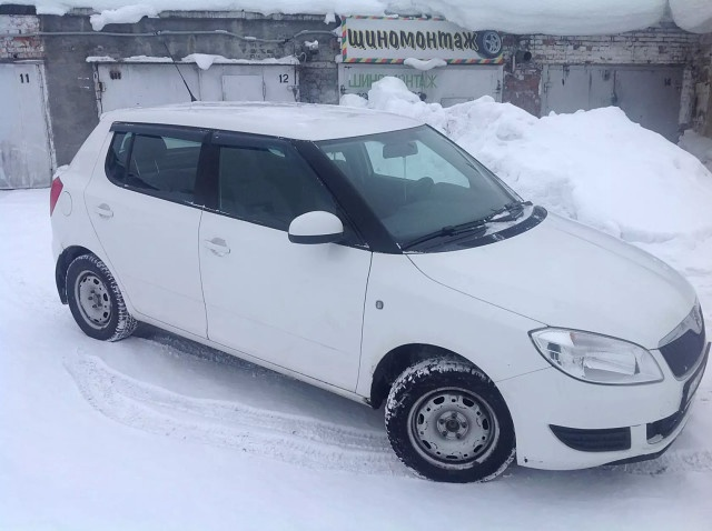 Подержанный Skoda Fabia, хорошее состояние, белый , 2011 года выпуска, цена 280 000 руб. в Кемеровской области
