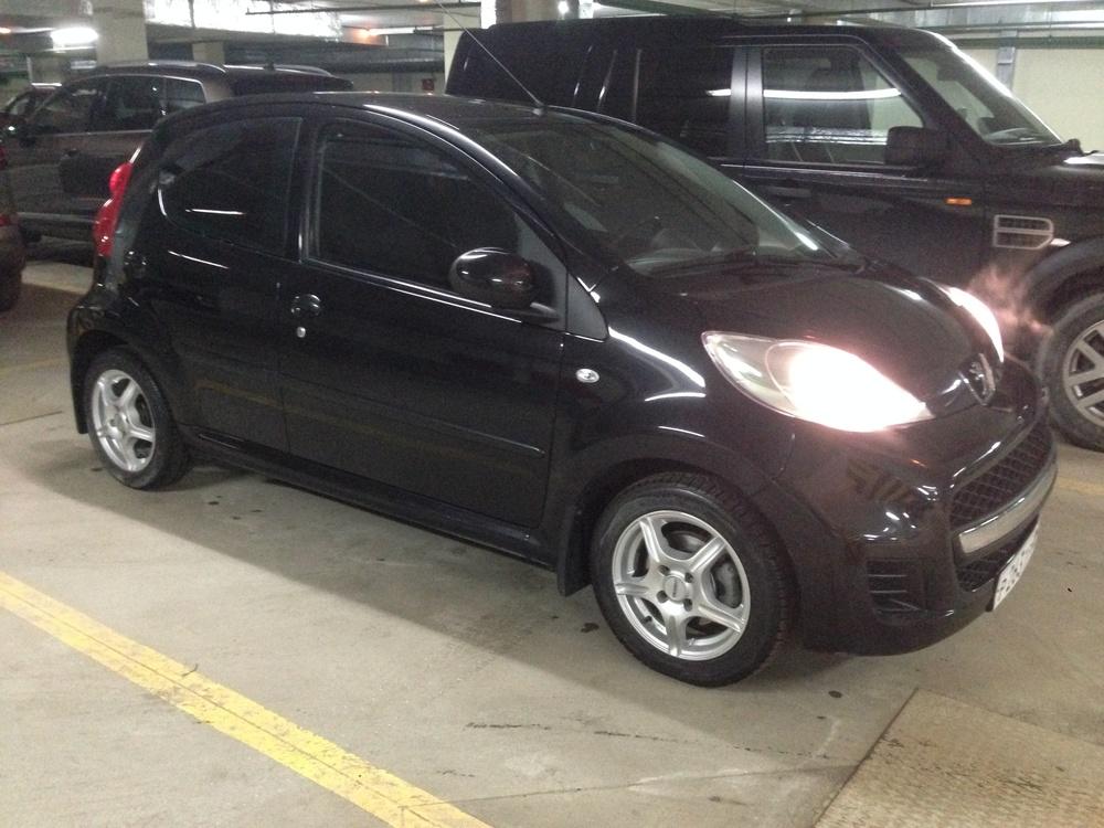 Подержанный Peugeot 107, отличное состояние, черный металлик, 2009 года выпуска, цена 270 000 руб. в Тюмени