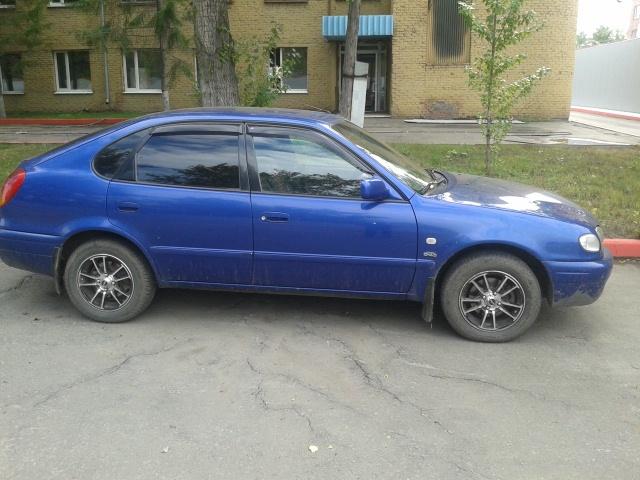 Подержанный Toyota Corolla, хорошее состояние, синий , 2000 года выпуска, цена 210 000 руб. в Омске