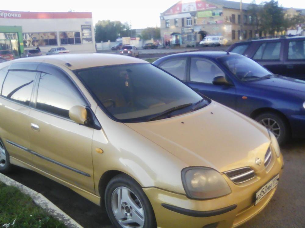 Подержанный Nissan Tino, хорошее состояние, желтый , 1999 года выпуска, цена 175 000 руб. в Челябинской области