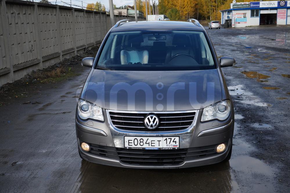 Подержанный Volkswagen Touran, хорошее состояние, мокрый асфальт , 2008 года выпуска, цена 580 000 руб. в Челябинской области