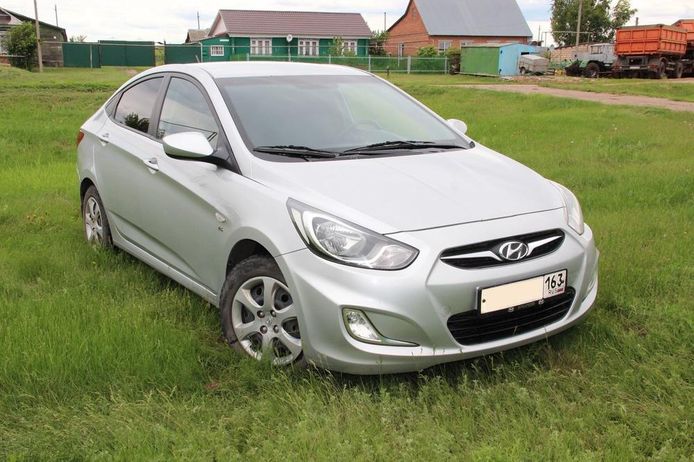Подержанный Hyundai Solaris, отличное состояние, серебряный , 2012 года выпуска, цена 415 000 руб. в Самаре
