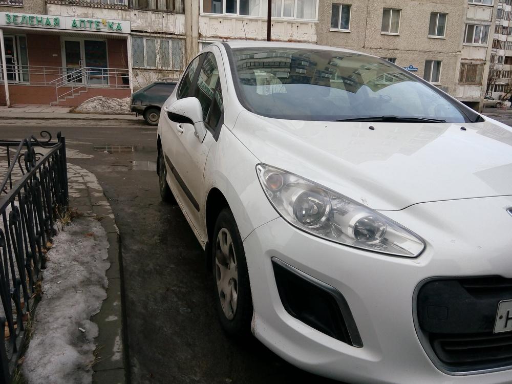 Подержанный Peugeot 308, отличное состояние, белый , 2011 года выпуска, цена 380 000 руб. в Тюмени