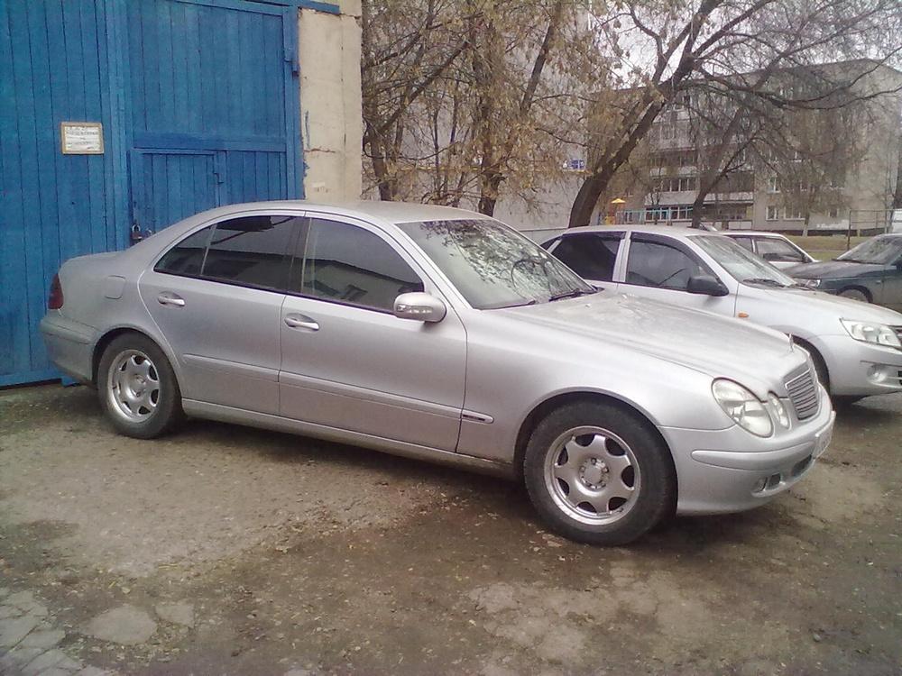 Подержанный Mercedes-Benz E-Класс, хорошее состояние, серебряный , 2003 года выпуска, цена 380 000 руб. в республике Татарстане