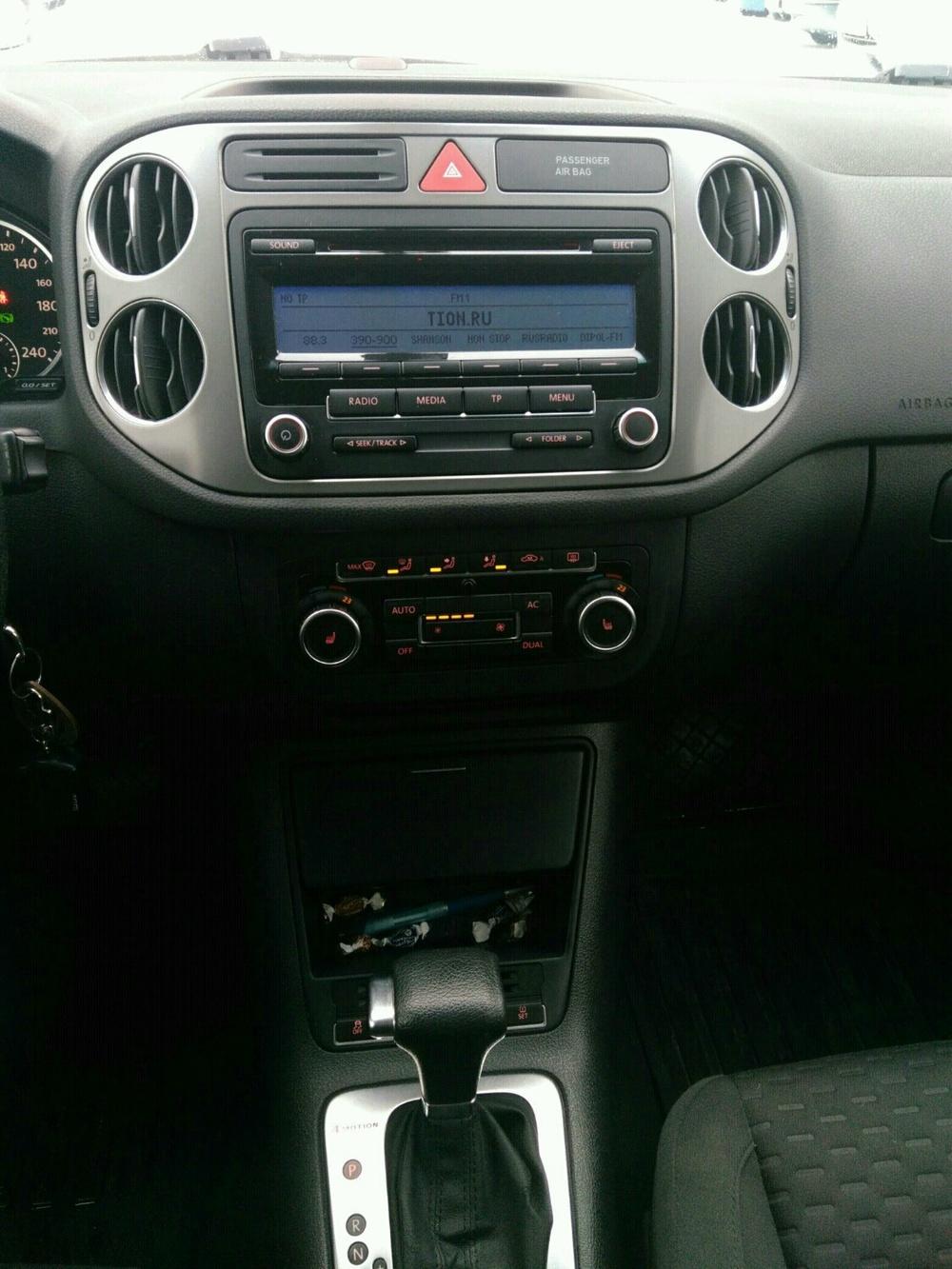 Подержанный Volkswagen Tiguan, хорошее состояние, серебряный , 2010 года выпуска, цена 690 000 руб. в Тюмени