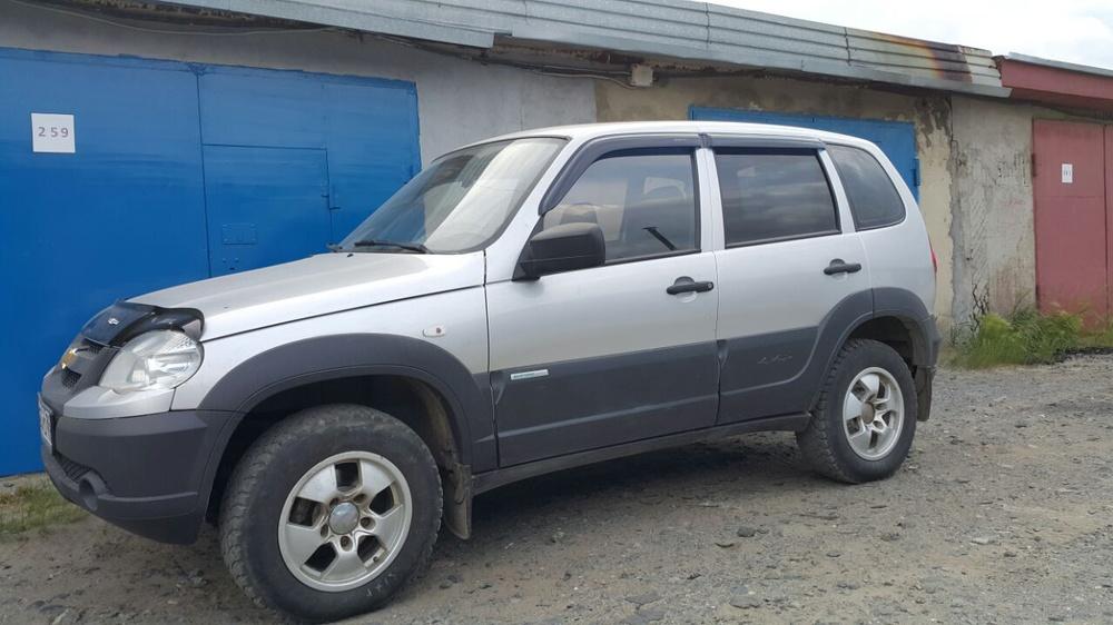Подержанный Chevrolet Niva, хорошее состояние, серый металлик, 2013 года выпуска, цена 275 000 руб. в ао. Ханты-Мансийском Автономном округе - Югре