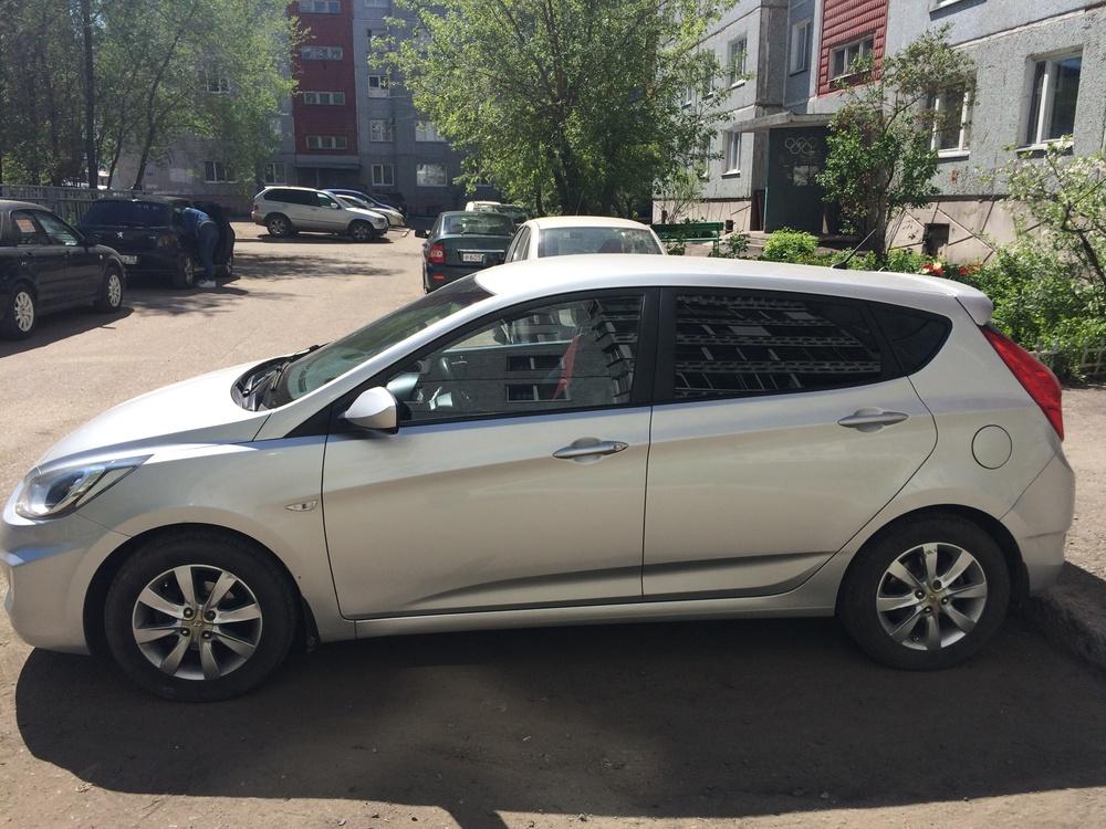 Подержанный Hyundai Solaris, отличное состояние, серебряный металлик, 2011 года выпуска, цена 415 000 руб. в Омске